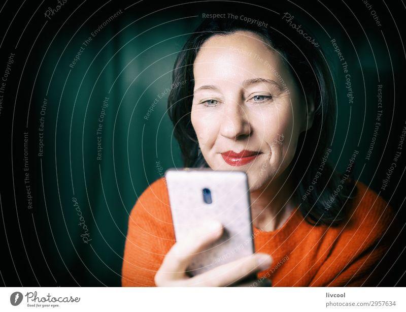 glücklich, verbunden zu sein II Lifestyle Glück Gesicht Erholung sprechen Telefon Handy Technik & Technologie Unterhaltungselektronik feminin Frau Erwachsene