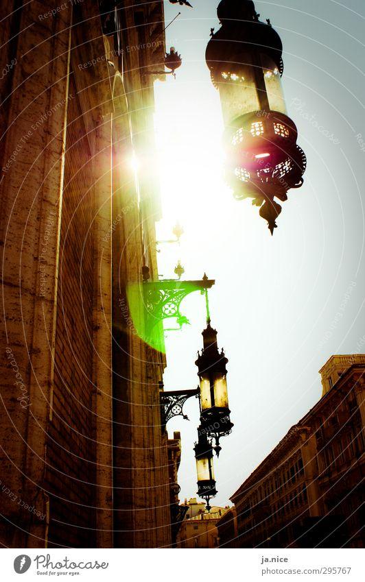 Verblendung. Stadt Altstadt Mauer Wand Fassade Laterne Italien Atmosphäre Lebensfreude Warmherzigkeit Ferien & Urlaub & Reisen Farbfoto Außenaufnahme