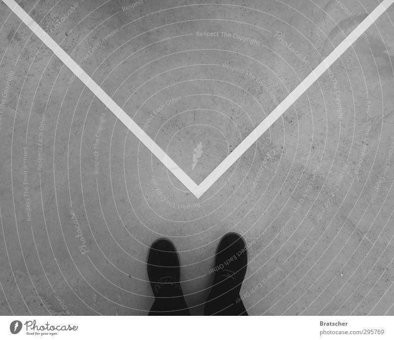 Das unendliche Rätsel Mensch schwarz Leben Traurigkeit Tod maskulin Schuhe Beton Bodenbelag geheimnisvoll Trauer Brief Post verlieren Beerdigung Briefumschlag
