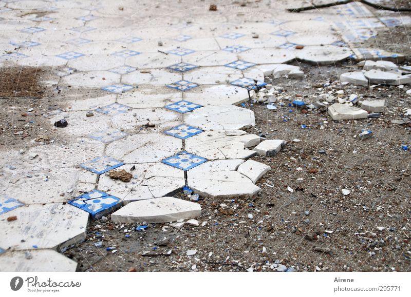 ausgemustert blau alt weiß Haus Traurigkeit grau Stein Sand dreckig trist kaputt Bodenbelag Vergänglichkeit retro Trauer Beruf