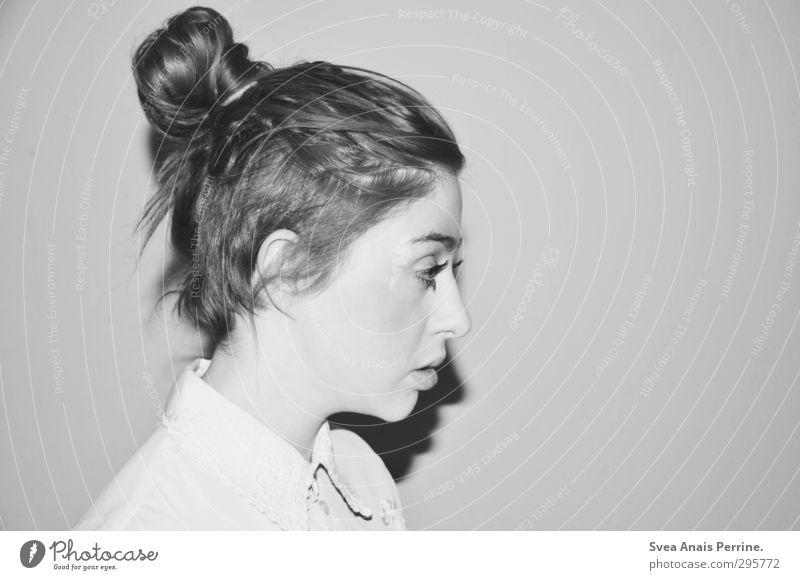 blick^^ Mensch Frau schön Gesicht Erwachsene kalt Haare & Frisuren Kopf einzigartig langhaarig Spitze Zopf Wimpern Kragen Dutt Schlagschatten