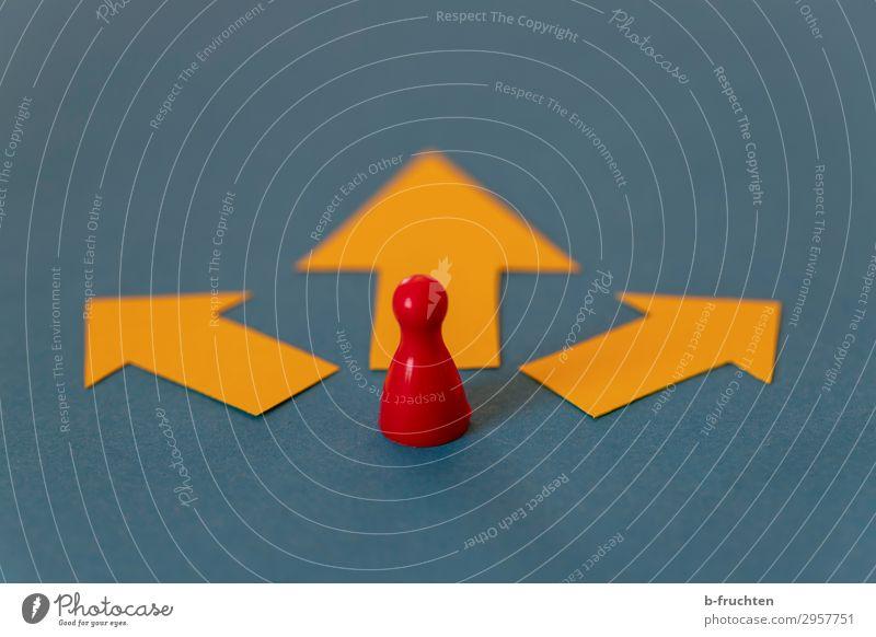 Möglichkeiten Erfolg Wirtschaft Business Karriere 1 Mensch Papier Zeichen Pfeil wählen beobachten Bewegung gehen warten blau gelb rot Hoffnung
