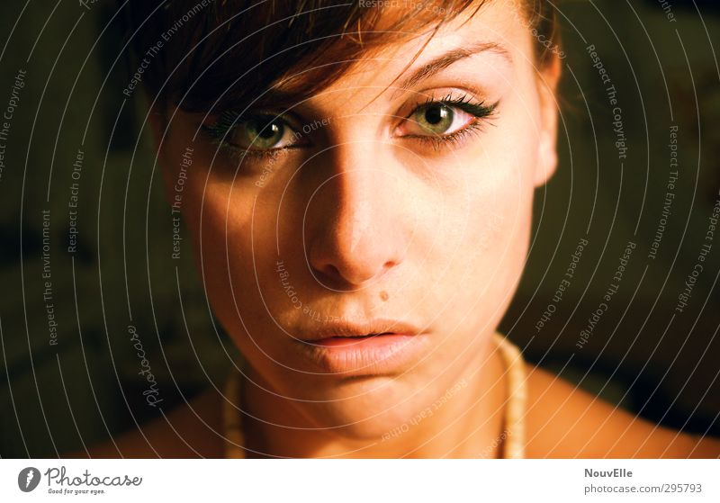 Young Blood. Mensch Junge Frau Jugendliche Leben Gesicht 1 18-30 Jahre Erwachsene Gefühle verstört Hochmut Wut gereizt Feindseligkeit Frustration Verbitterung
