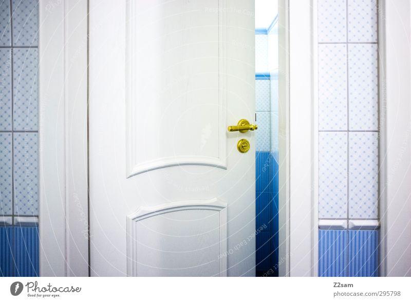 stilles Örtchen Türspion ästhetisch einfach elegant hell kalt Kitsch retro Sauberkeit trist blau ruhig Einsamkeit Reichtum Neugier Perspektive rein Toilette