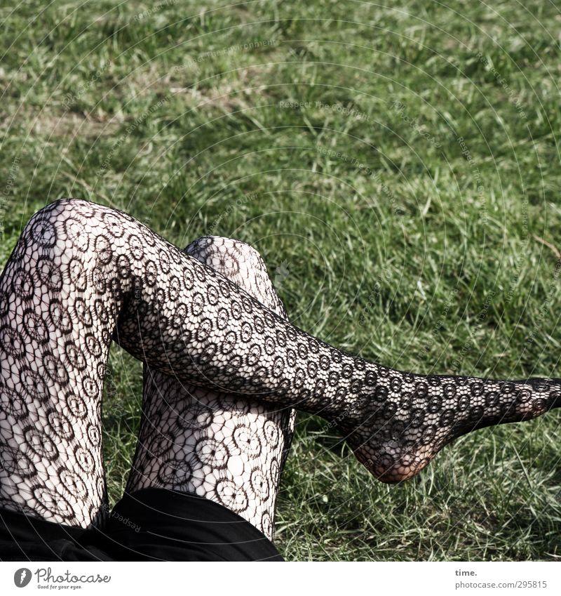 ready for springtime Mensch schön Erholung Wiese Wärme feminin Beine sitzen verrückt Bekleidung Pause dünn Gelassenheit Strumpfhose geduldig ausruhend