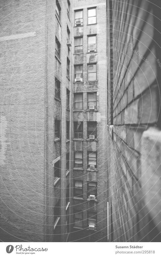 upstairs from you. Haus Hochhaus Mauer Wand Fassade Fenster Armut new York New York City Innenhof Klimaanlage bettenburg Fensterbrett Schlucht Platzangst