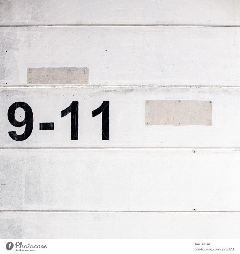 oder noch mehr. alt Stadt weiß schwarz Haus Wand Mauer Gebäude Stein Linie Fassade Wohnung dreckig Schilder & Markierungen Beton Schriftzeichen