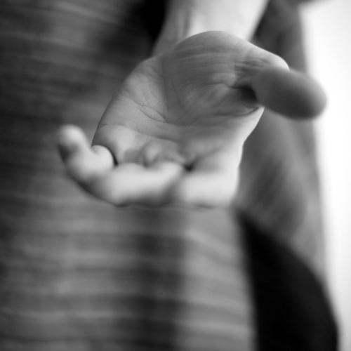 betteln Geld Hand 1 Mensch Kommunizieren Armut Gefühle Stimmung Mitgefühl Güte Solidarität Hilfsbereitschaft trösten dankbar sparsam Sorge Scham Verbitterung