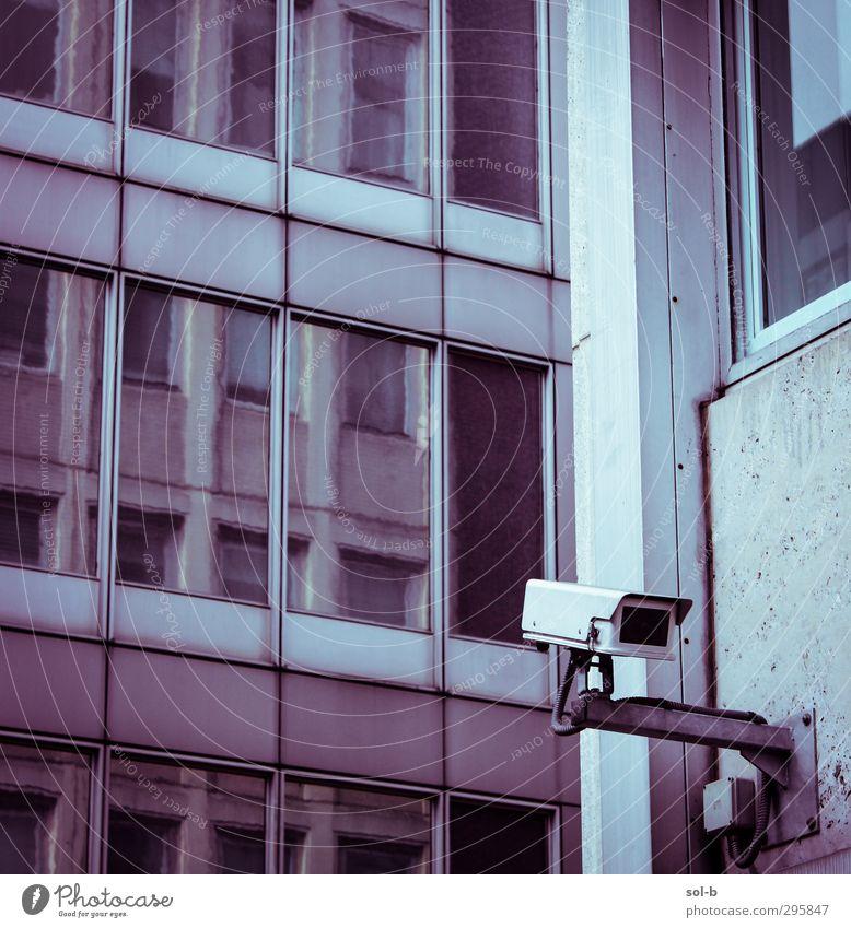 Stadt kalt Fenster Wand Mauer Architektur Gebäude grau Arbeit & Erwerbstätigkeit Angst Glas beobachten Macht Sicherheit Schutz Industrie