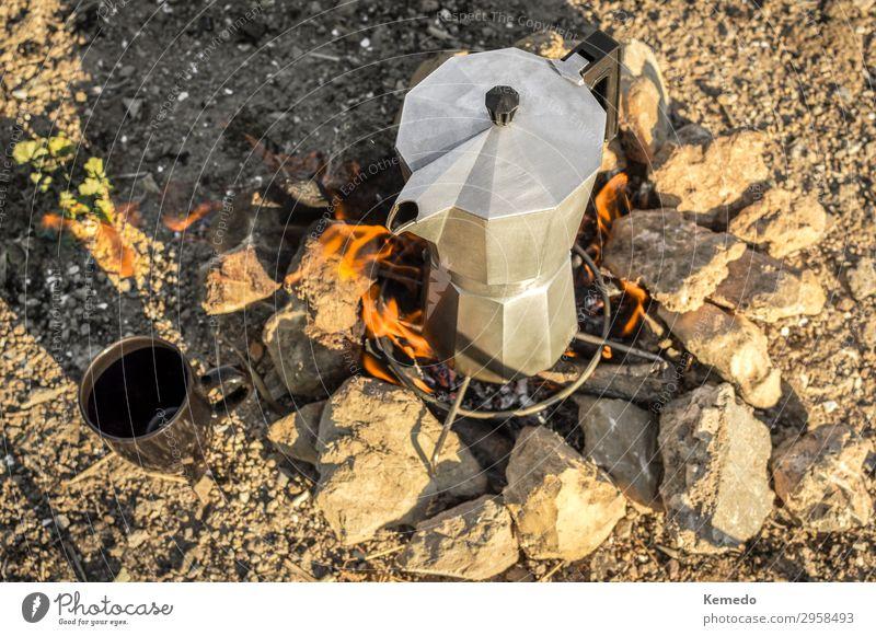Zubereitung von Kaffee mit Lagerfeuer während eines Lagers in der Natur. Lebensmittel Frühstück Kaffeetrinken Picknick Getränk Heißgetränk Espresso Topf Tasse