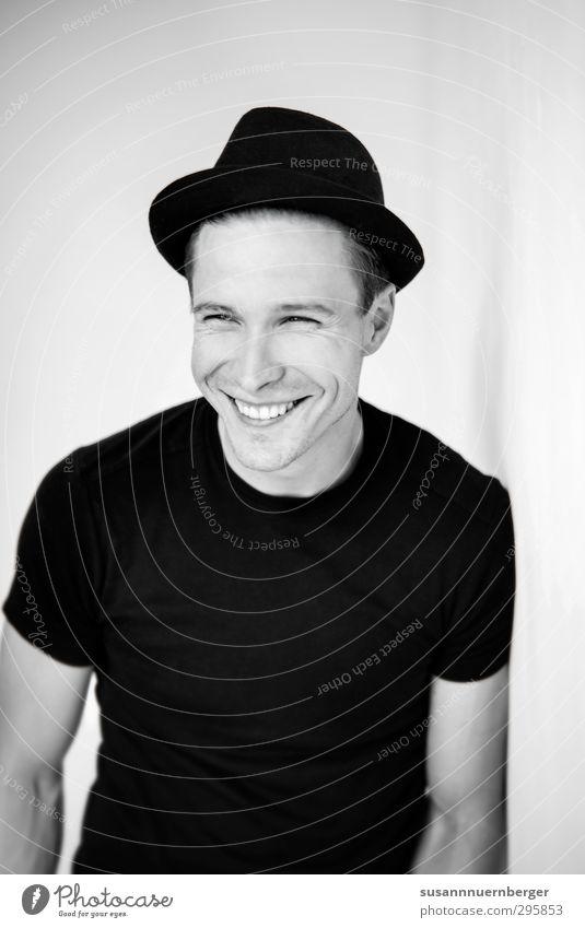 michél. Lifestyle Stil Glück maskulin Junger Mann Jugendliche Körper 30-45 Jahre Erwachsene Mode T-Shirt Hut Lächeln lachen authentisch Freundlichkeit