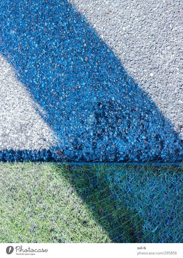Streifen Garten Eis Frost Gras grau grün Straßenbelag Kies Baumstamm diagonal abstrakt frisch Punkt Saum umrandet Farbfoto Muster Menschenleer Textfreiraum oben
