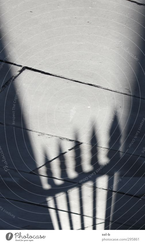 weiß schwarz dunkel kalt Tod grau Stein Stimmung Angst Armut geschlossen Häusliches Leben gefährlich Kraft bedrohlich Sicherheit