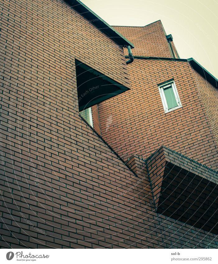 Kanten Häusliches Leben Wohnung Hausbau Architektur Mauer Wand Balkon Fenster Backstein einzigartig Stadt grün orange kalt Saum Backsteinwand ziegelrot Wohnhaus
