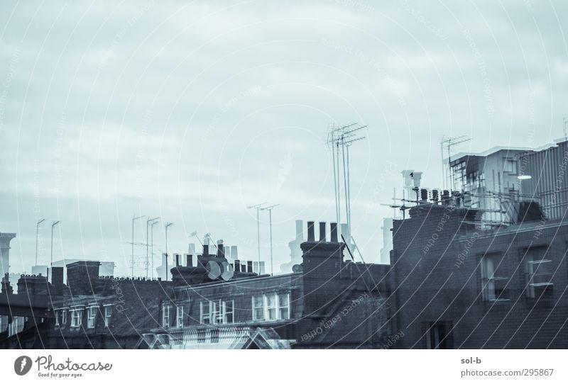 Doppelt Häusliches Leben Haus Hausbau Himmel Wolken schlechtes Wetter Stadt bevölkert Mauer Wand Fenster Dach Dachrinne Antenne Satellitenantenne dunkel trist