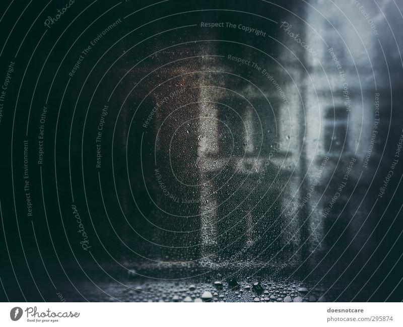 Beschlagenes Fenster mit Blick auf die Fassade eines Altbaus schlechtes Wetter Regen nass beschlagen feucht Schwüle Tropfen Wassertropfen Fensterscheibe Glas