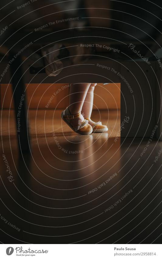 Baby Mädchenfüße Lifestyle Mensch Kleinkind Fuß 1 1-3 Jahre Sandale Schuhe beobachten gehen Liebe Blick ästhetisch einfach Zusammensein feminin gelb