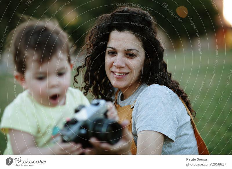 Mutter und Tochter beim Fotografieren mit der Kamera bei Sonnenuntergang Lifestyle Sommer Sommerurlaub Mensch feminin Kind Baby Kleinkind Mädchen Junge Frau