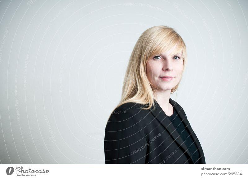 Bewerbung Mensch Erwachsene feminin Business Büro blond Erfolg lernen Studium Freundlichkeit Bildung Student Sitzung Berufsausbildung Karriere Unternehmen