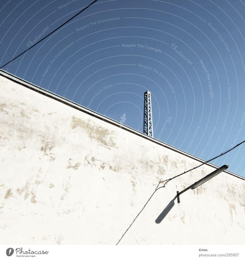 | Himmel Stadt blau weiß Ferne Wand Mauer Lampe Stimmung hell Metall Energiewirtschaft frisch authentisch Beton einfach