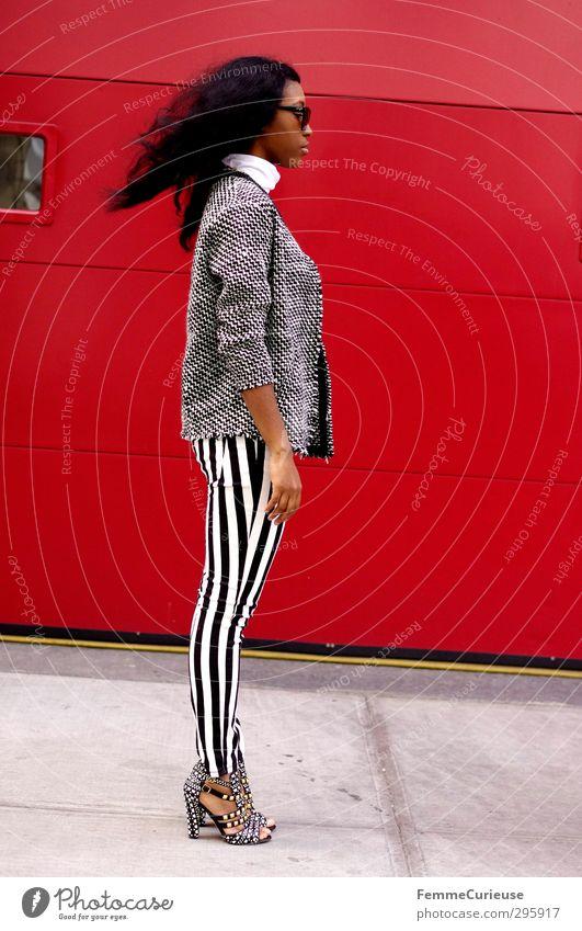 NYC Girl VI Mensch Jugendliche schön Stadt rot Erwachsene feminin 18-30 Jahre Stil Mode Wind Lifestyle Körperhaltung Fußweg dünn Model