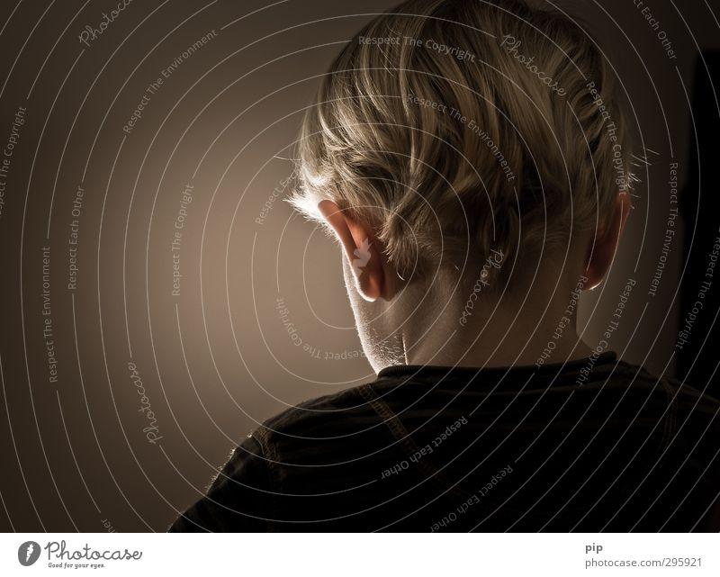 rückblick Mensch maskulin Kind Junge Kopf Haare & Frisuren Ohr Rücken Nacken Schulter 1 3-8 Jahre Kindheit dunkel einfach unschuldig Haarsträhne blond
