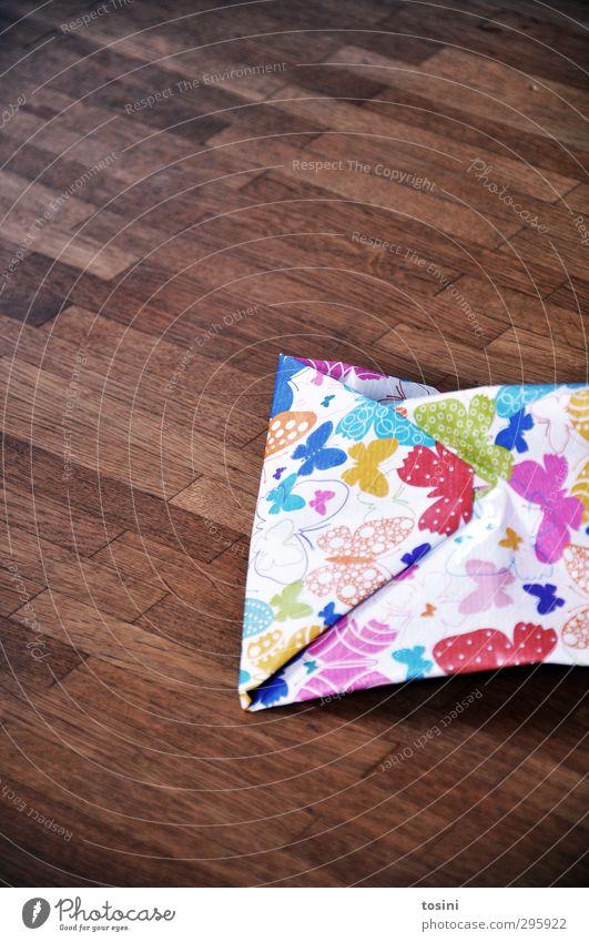 ausgepackt [1/3] Papier Holz Freude Vorfreude Geschenk Geschenkpapier packen wegwerfen Wegwerfgesellschaft Holzfußboden Bodenbelag braun Schmetterling