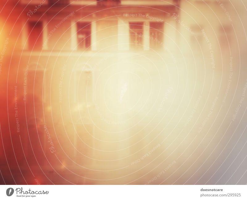 Beschlagenes Fenster mit Blick auf Fassade Haus Gebäude beschlagen rot orange bleich Farbfoto Gedeckte Farben Innenaufnahme Experiment Menschenleer