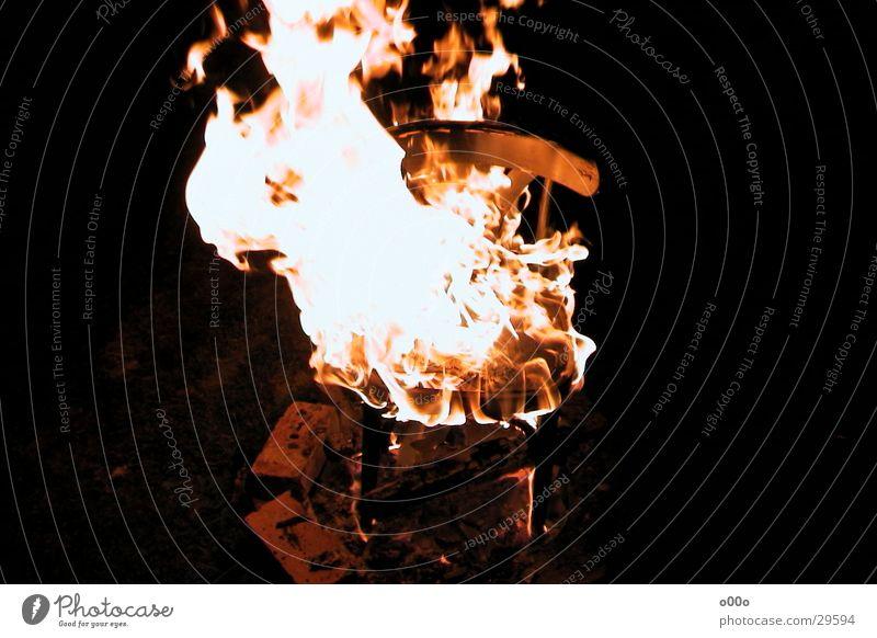 Brennender Stuhl heiß obskur Brand brennen Flamme Sitzgelegenheit