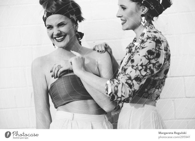 Lachen Mensch Frau Jugendliche schön Freude Junge Frau Erwachsene lustig 18-30 Jahre Glück Freundschaft Zufriedenheit authentisch Fröhlichkeit Freundlichkeit
