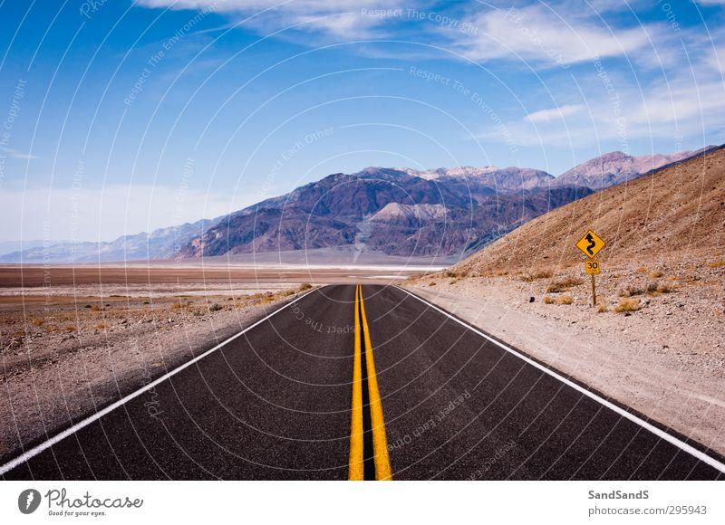Schwarze Straße im Death Valley Nationalpark Ferien & Urlaub & Reisen Berge u. Gebirge Natur Landschaft Himmel Park Menschenleer Sehenswürdigkeit blau schwarz