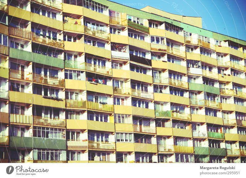 balkon Freiheit Wohnung Haus Traumhaus Umzug (Wohnungswechsel) Himmel bevölkert Hochhaus Fassade Balkon trashig blau gelb grün Farbfoto mehrfarbig Außenaufnahme