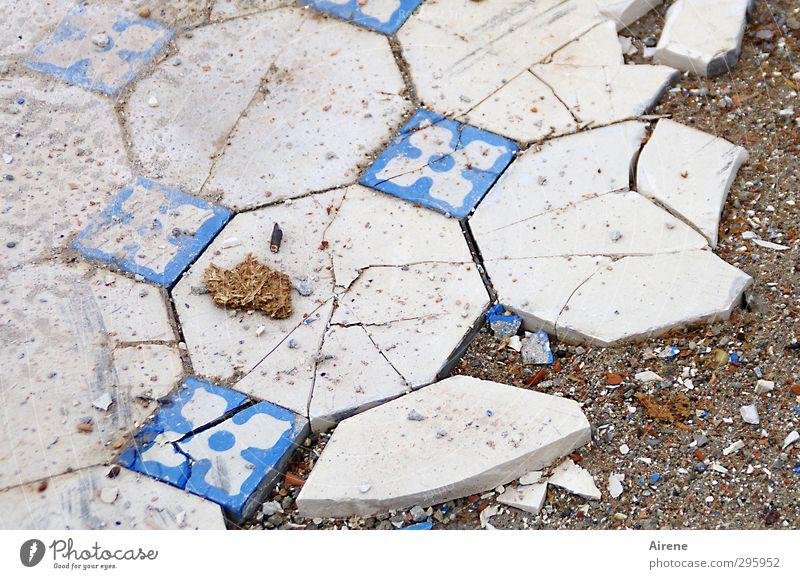komplizierter Bruch blau alt weiß Haus Senior Stein Sand dreckig kaputt Bodenbelag Vergänglichkeit Zeichen Trauer Netzwerk Beruf