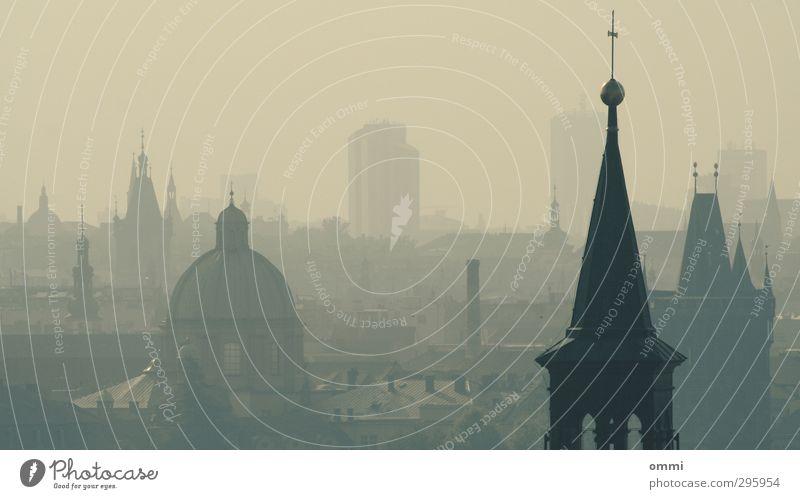 DieTürme zu Prag Stadt Ferne Architektur Religion & Glaube grau dreckig Nebel groß Hochhaus Kirche trist Dach Spitze Turm viele historisch