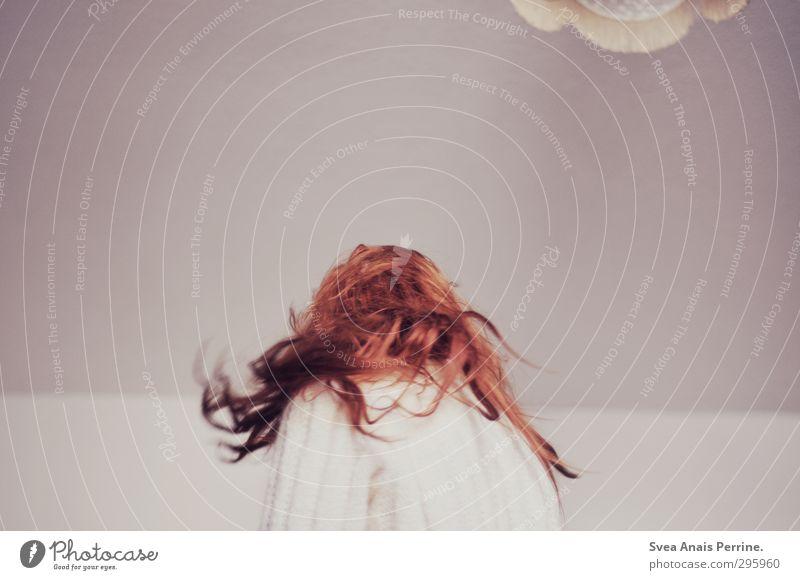 weiß.(3) feminin Junge Frau Jugendliche Kopf Haare & Frisuren Rücken 1 Mensch 18-30 Jahre Erwachsene Mauer Wand Wolljacke Strickjacke Lampe langhaarig Locken