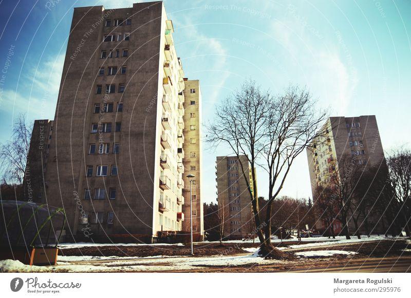 heimat Stadt Stadtrand bevölkert Menschenleer Haus Hochhaus Gebäude Architektur Mauer Wand Fassade Balkon Fenster Tür groß trashig trist mehrfarbig Lomografie