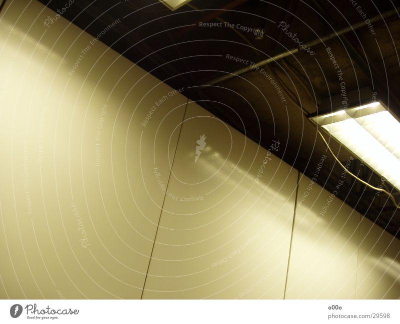 Deckenlampe Wand Reflexion & Spiegelung Lampe quer Architektur verrückt Flughafen