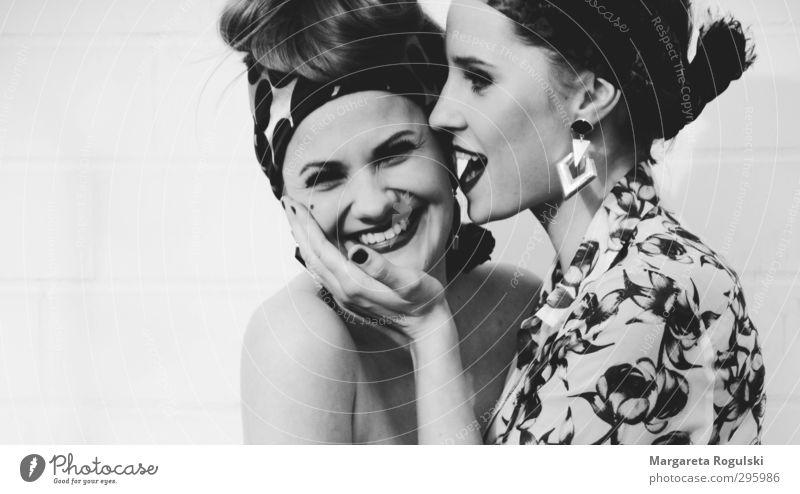 flüstern Mensch Frau Jugendliche Freude Junge Frau Gesicht Erwachsene sprechen feminin Haare & Frisuren lustig 18-30 Jahre Glück Stil Mode Freundschaft