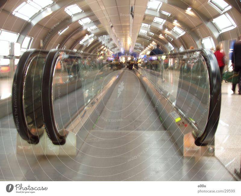 Flughafen Laufband rund Förderband Rolltreppe Langzeitbelichtung Verzerrung tief