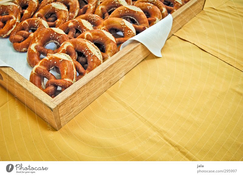 brezen gelb braun Lebensmittel frisch Fröhlichkeit Ernährung lecker Backwaren Tischwäsche Teigwaren Brezel