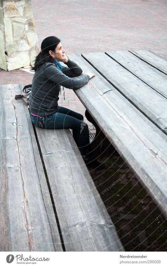 Gullivers Reisen Mensch Frau Ferien & Urlaub & Reisen Einsamkeit Erwachsene feminin Holz klein sitzen groß Platz Perspektive Tisch beobachten Bank Jeanshose
