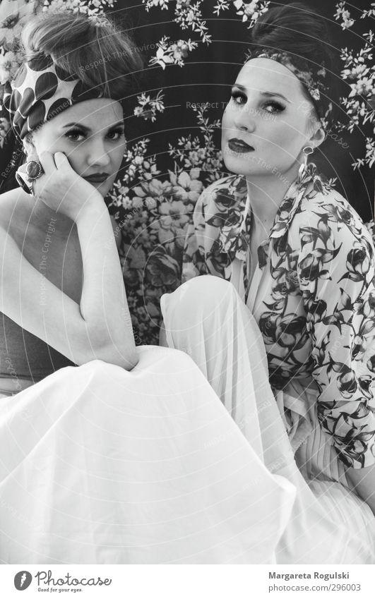 Golddiebin II elegant Stil Design feminin Junge Frau Jugendliche Erwachsene 2 Mensch 18-30 Jahre Mode Bekleidung Kleid Ring Ohrringe Kopftuch Haare & Frisuren
