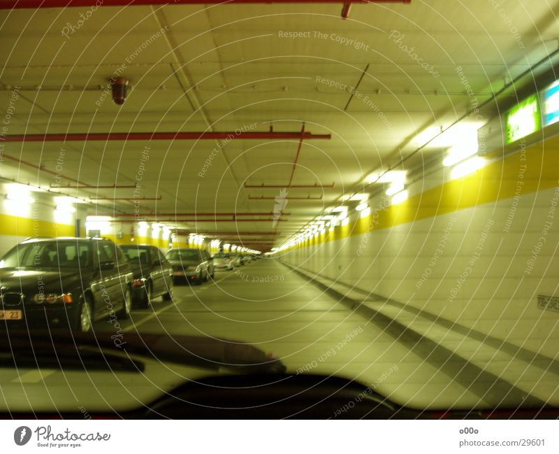Tiefgarage ohne Ende Lampe PKW Architektur Unendlichkeit Tunnel Parkhaus Tiefgarage Scheibenwischer