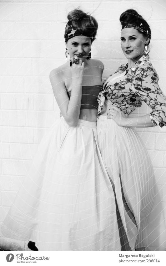 wind elegant Stil Design schön Junge Frau Jugendliche Erwachsene 2 Mensch 18-30 Jahre Mode Bekleidung Rock Kleid Accessoire Schmuck Ring Ohrringe Kopftuch