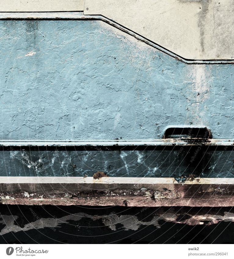Schrottboot Schifffahrt Segelboot Segelschiff schrottreif Metall alt trist Zahn der Zeit verfallen Farbe Rost Ecke diagonal Wassersport Farbfoto Gedeckte Farben