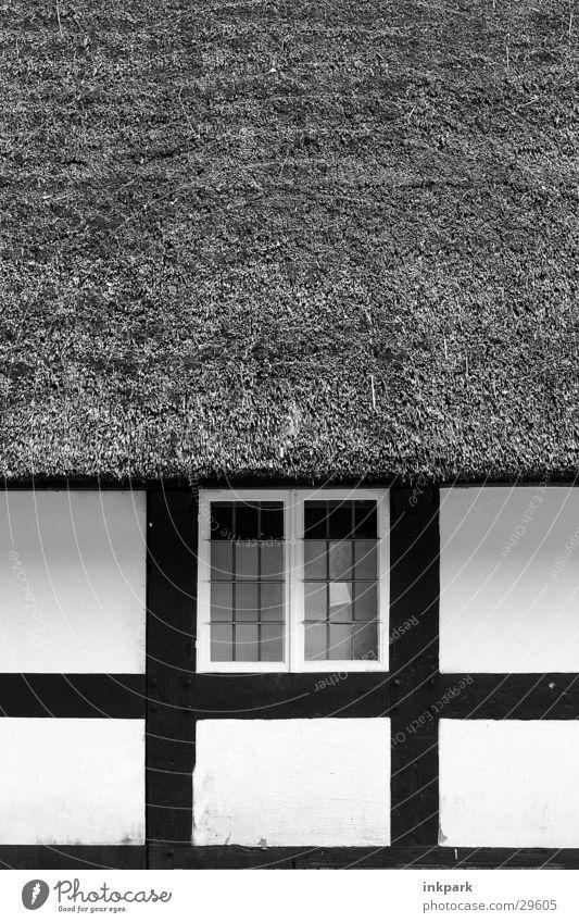 Einfach alt Fenster Holz historisch Stroh Fachwerkfassade Reetdach