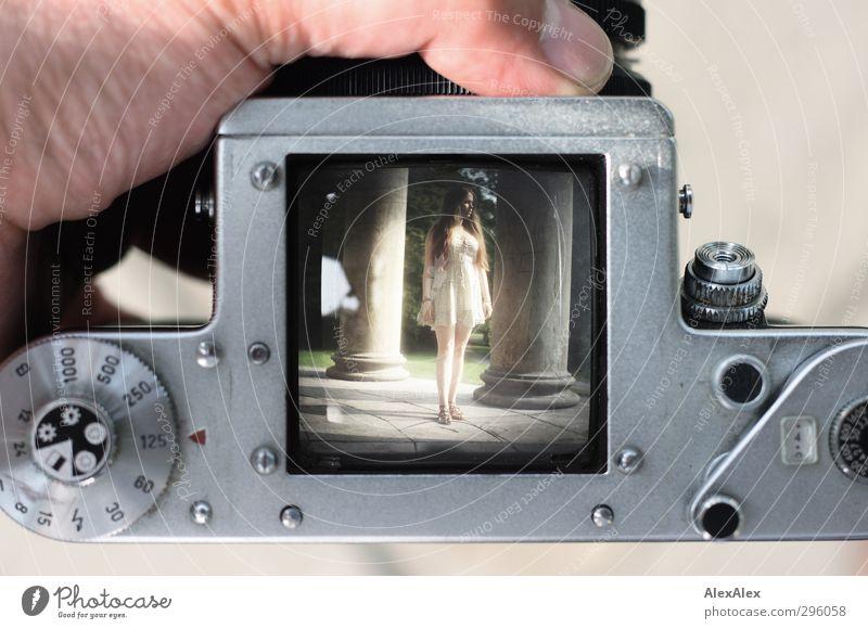 Durchblick Fotokamera Technik & Technologie Junge Frau Jugendliche Körper Beine 18-30 Jahre Erwachsene Kleid Sandale brünett langhaarig Glas Metall alt trendy