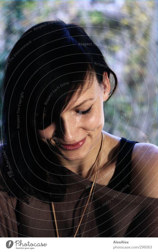 Lächeln - mit Grübchen Junge Frau Jugendliche Kopf Haare & Frisuren Ohr Schulter 18-30 Jahre Erwachsene T-Shirt Halskette schwarzhaarig langhaarig sitzen