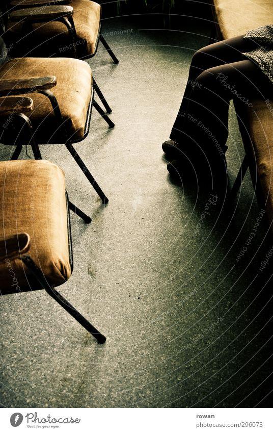 wartezimmer Mensch 1 alt Warteraum warten sitzen Stuhl Bank altmodisch braun ruhig Einsamkeit einzeln Möbel dunkel retro Farbfoto Gedeckte Farben Innenaufnahme
