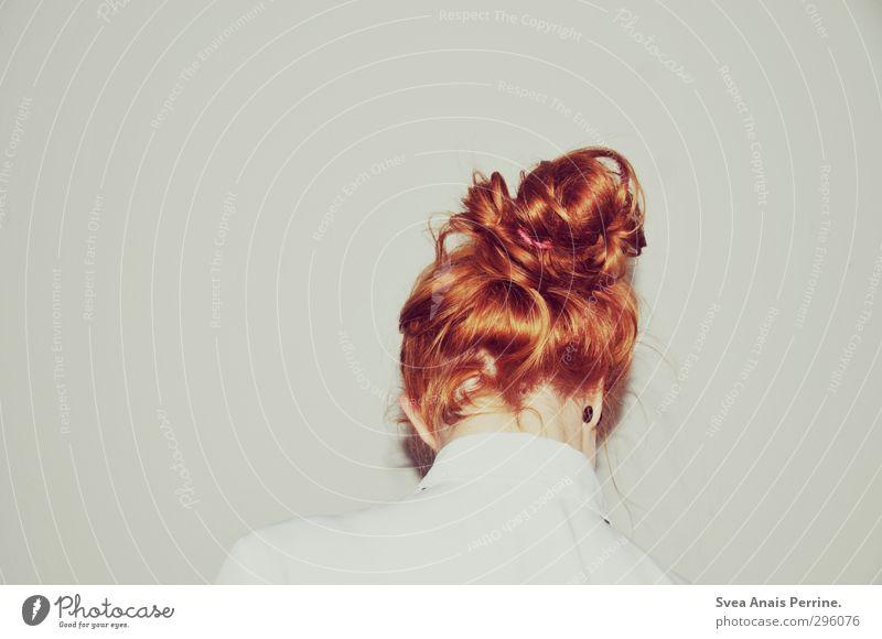 weiß.(7) Junge Frau Jugendliche Haare & Frisuren 1 Mensch 18-30 Jahre Erwachsene Mauer Wand Bluse rothaarig Zopf kalt trashig Ohrringe Farbfoto Gedeckte Farben